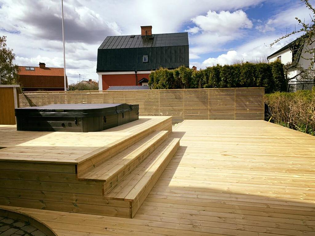 KL Bygg altanbygge med trappa och staket